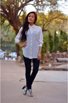 white shirt - navy jeans - black heels - tawny wooden rounded earrings
