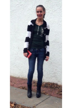 JCP boots - Guess jeans - Aeropostale shirt - liz&co wallet - Apple - Guess card
