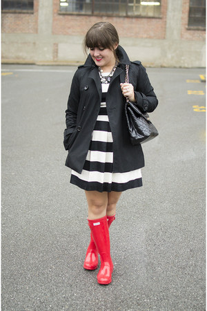 black trench coach coat - red rainboots Hunter boots
