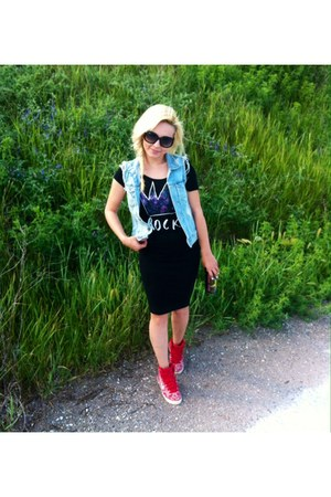 black Stradivarius skirt - black t-shirt - jeans H&M vest - red nike sneakers