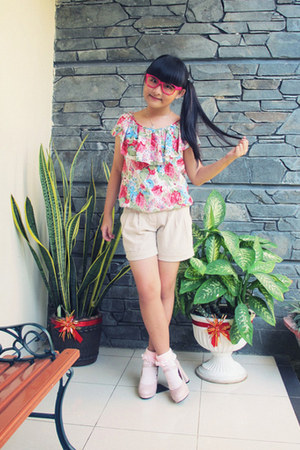 beige Yuan shorts - hot pink moms top - light pink june and julia heels