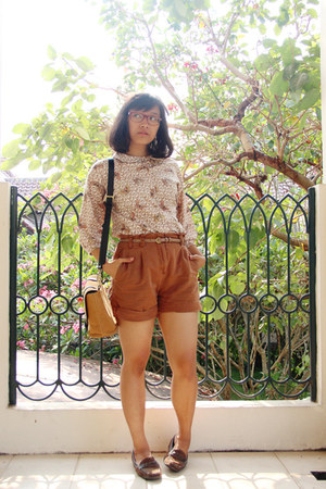 brown thrifted shorts - beige printed Capricious Traveler shirt