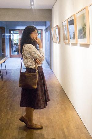 eggshell floral vintage shirt - dark brown vintage leather Secondhand purse
