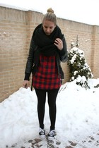 red Bershka top - black leather jacket - black all stars fake shoes - black H&M