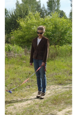 brown Saki jacket - blue Levis jeans - beige wojas heels