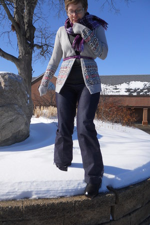 black heavy duty snow R2 boots - heather gray BDG sweater - charcoal gray Mossim