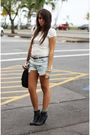Beige-one-clothing-blouse-blue-levis-501-shorts-black-kathy-vanzeeland-purse