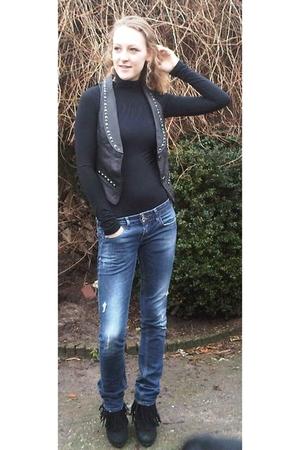 blue Zara jeans - black Sacha shoes - black body villa t-shirt - gilet the new y
