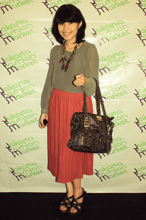 brick red pleated skirt skirt - charcoal gray crocodileskin D&G bag