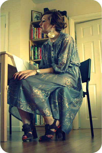 periwinkle vintage dress - gold house of harlow ring - brown Clarks heels - gold