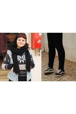 black sneakers - black pants