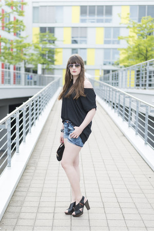 white ray-ban sunglasses - black Clarks sandals