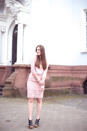 black Deichmann sandals - light pink JollyChic dress