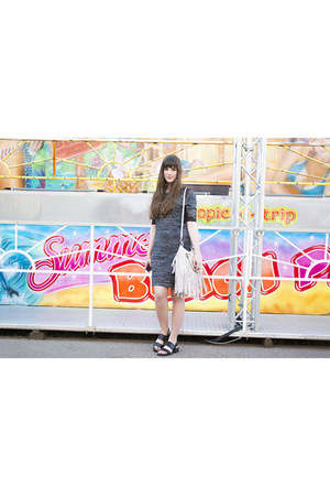 charcoal gray SMASH dress - black Poi Lei sandals