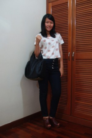 black bag - navy highwaisted jeans - white cropped Topshop top - brown clogs