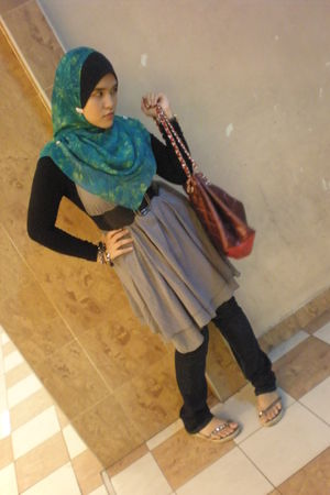 green scarf - black Diesel jeans - gray dress - blue Alba accessories - black be