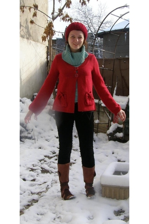red cardigan - green sweater - black pants - red hat - brown Leonardo boots - re