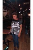 printed blouse - skinnies jeans - heels