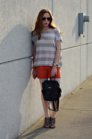 striped shirt - brown backpack bag - orange shorts