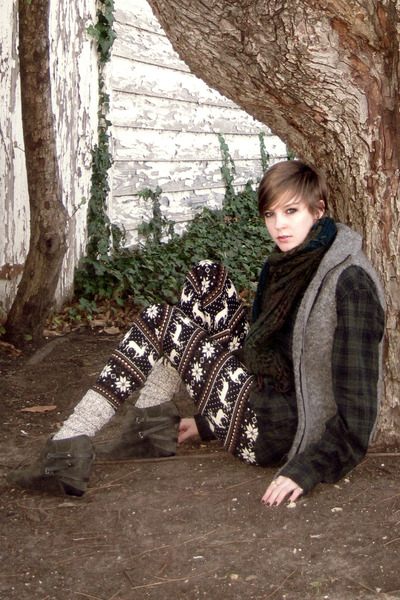 off white For leggings - dark green plaid Urban Outfitters scarf - neutral mens