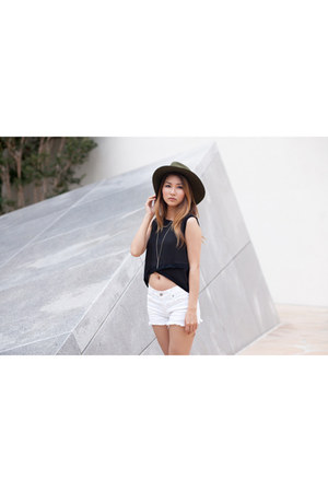 olive green Wasteland hat - ivory citizens of humanity shorts