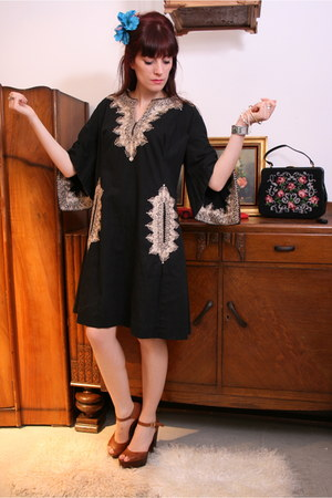 black kaftan Aurora Vintage dress - brown platforms dune shoes