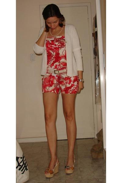 white dont remember necklace - red feirinha shorts - beige gaita belt - beige Ma