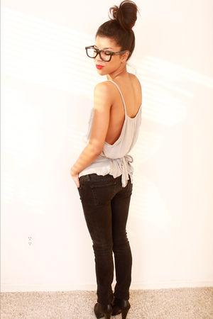 black Guess jeans - black shoes - pink shirt