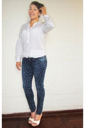 white Zara blouse - navy hearts print Loïs jeans - white Platanitos sandals