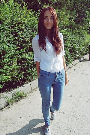 white Stradivarius top - heather gray Deichmann shoes - sky blue Bershka jeans