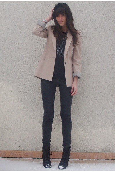 beige Zara blazer - gray Zara leggings - black Junk Food t-shirt - black UO boot