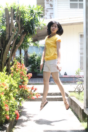 yellow cotton giordano top - dark brown faux leather chelsea shoes