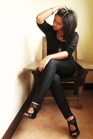 black blouse - gray leggings - black shoes - brown