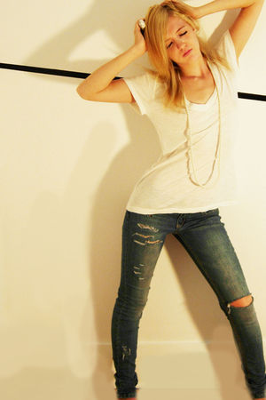 white Seduction t-shirt - beige necklace - blue Bongo jeans