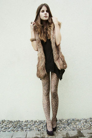leopard print tights - black shoes - black shirt - brown fur vest