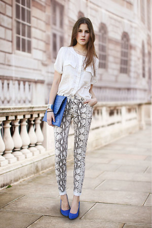 blue bag - blue heels - snakeprint pants