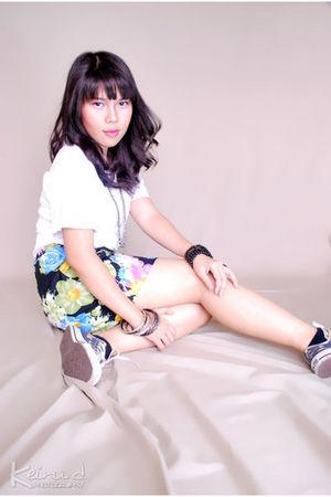 Hanes t-shirt - shoes - - skirt