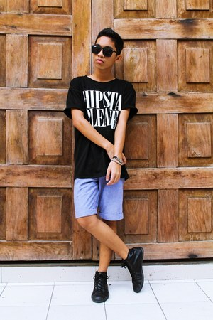 black statement tee The Berry Tops top - violet folded Levis shorts