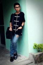 black printed thrifted shirt - black sling bag - black nerdy thrifted glasses