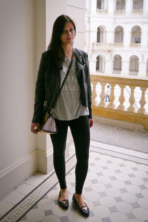 printed GINA TRICOT t-shirt - leather Glamorous jacket - H&M leggings