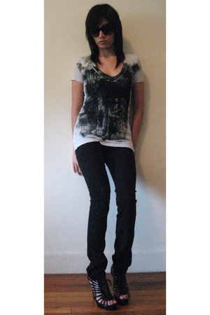 H&M jeans - Urban Outfitters t-shirt - Steve Madden shoes - H&M sunglasses