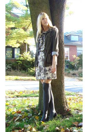 black Nine West shoes - gray HUE socks - beige dress - green jacket