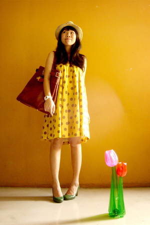 green pumps shoes - yellow polka dot dress - brown oversized purse
