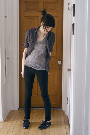 heather gray burnout Mossimo t-shirt - black tennis shoes Aldo shoes