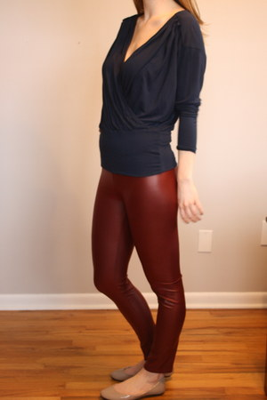 maroon leggings - navy top - beige flats