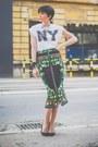 White-oviesse-t-shirt-green-chic-skirt-black-zara-sandals