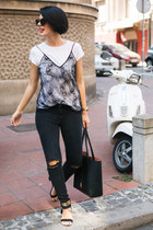 black H&M t-shirt - black Mango jeans - black Parfois bag - gold Zoki & Ana ring
