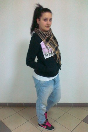 light blue jeans - light brown scarf - white t-shirt - black sneakers