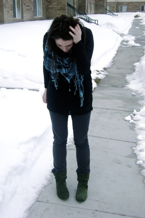black H&M top - gray Forever 21 jeans - green Forever 21 boots - blue NYC street