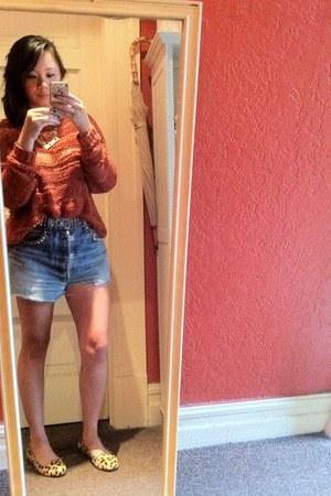 burnt orange chunky knit Staring at Stars sweater - light blue Levis shorts